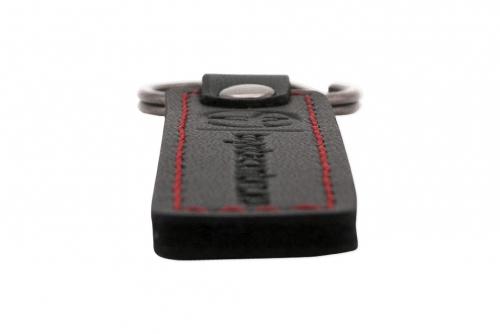 Nyckelring i grått läder med prägling